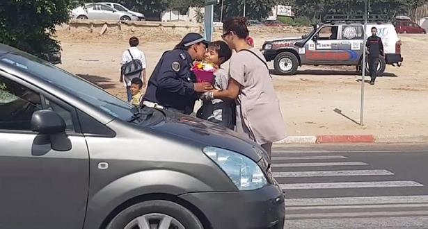 صورة أكادير : تلميذ يكرم شرطية مرور أثناء مزاولة عملها بمناسبة اليوم الوطني للمرأة