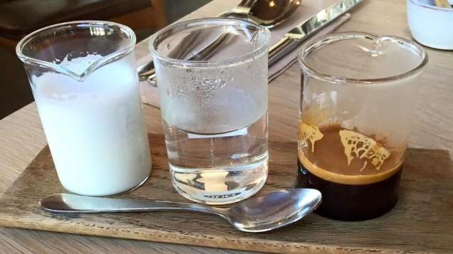 صورة في سابقة من نوعها …مقهى يقدم لزبنائه كؤوس قهوة بحليب الأمهات!