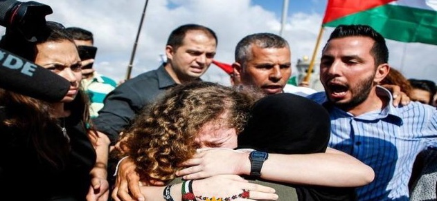 صورة عهد التميمي تعانق الحرية