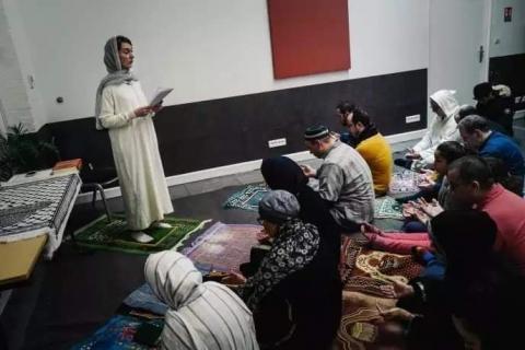 صورة إفتتاح أول مسجد مختلط للنساء والرجال بإمامة إمرأة