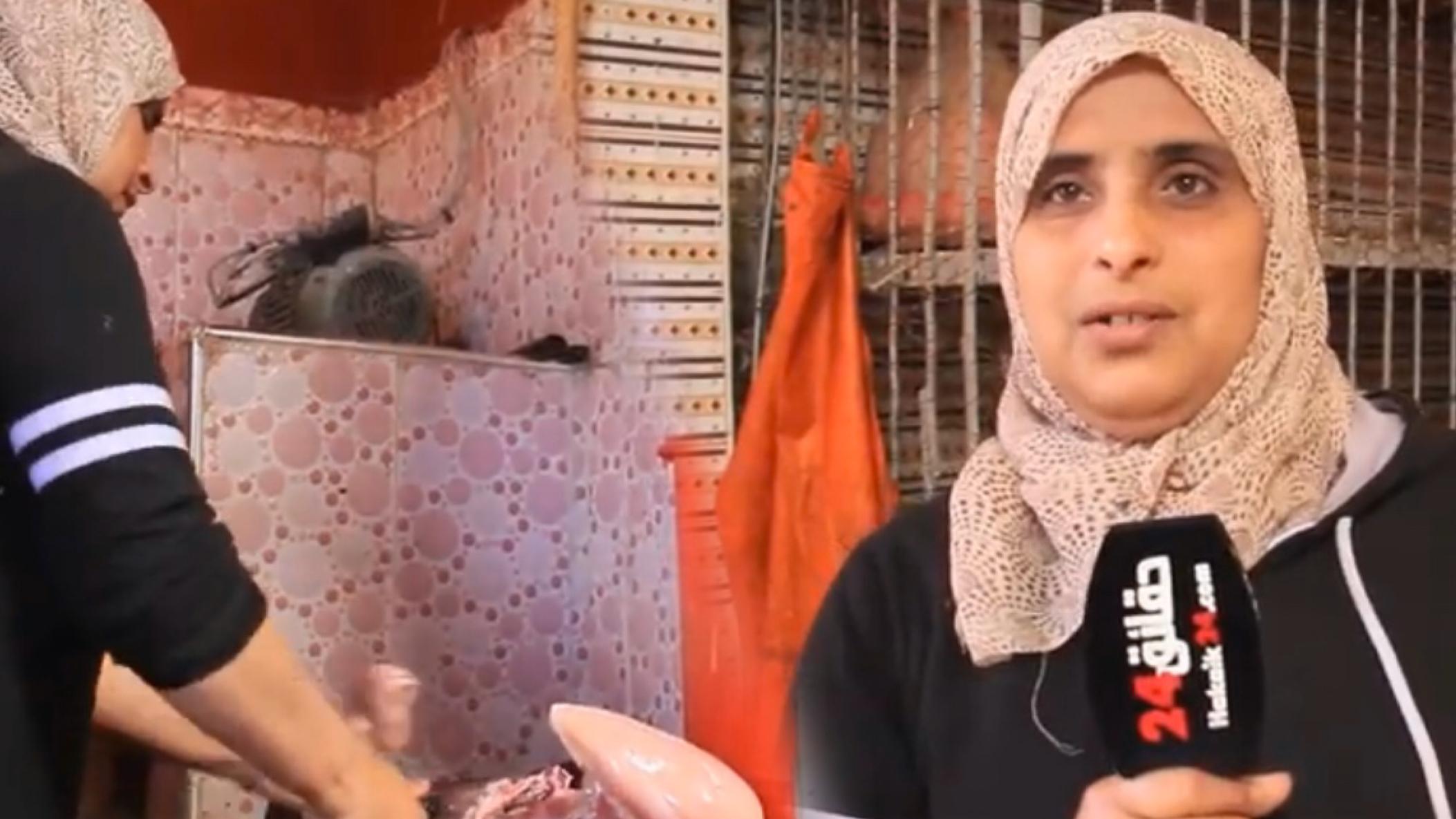صورة بسواعد نسائية .. عائشة امرأة تقتحم مهنة الرجال عبر بيع الدجاج