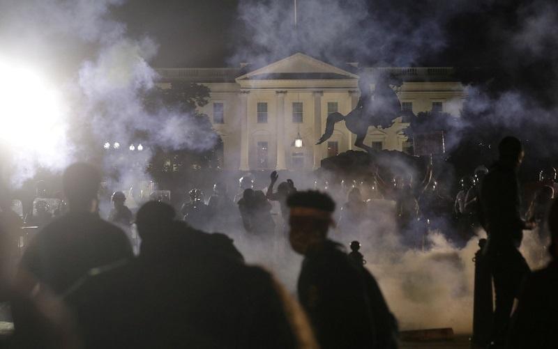 صورة الأمريكيون يحاصرون البيت الأبيض وجزء من الشرطة تؤيد مطالبهم في احتجاجات الأسوأ منذ سنة 1968