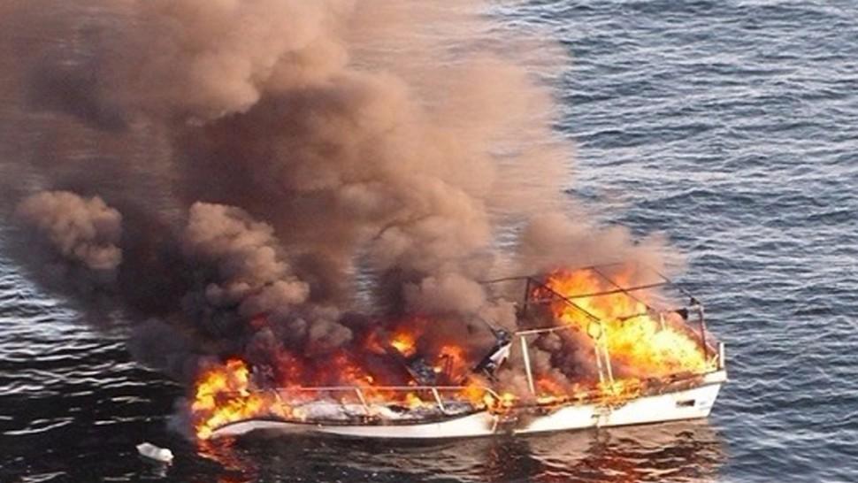 صورة فاجعة .. فقدان بحارين بعد احتراق قارب بسواحل أسفي