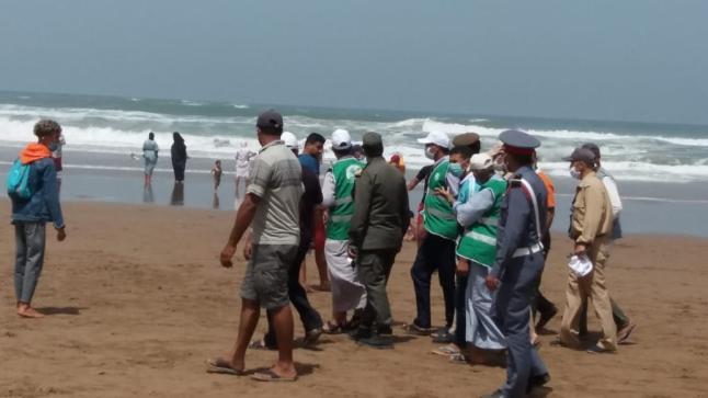 """صورة بسبب الكمامة .. """"غرامات"""" على مصطافين بشاطئ سيدي وساي باشتوكة"""