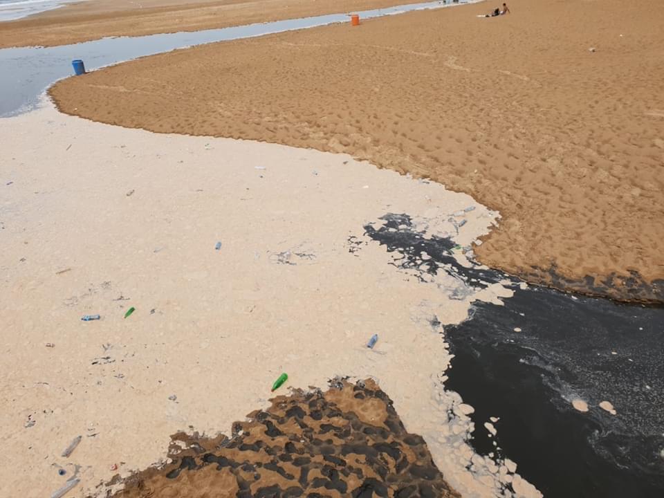 صورة مياه عادمة تنذر بكارثة بيئية في شاطئ أكادير