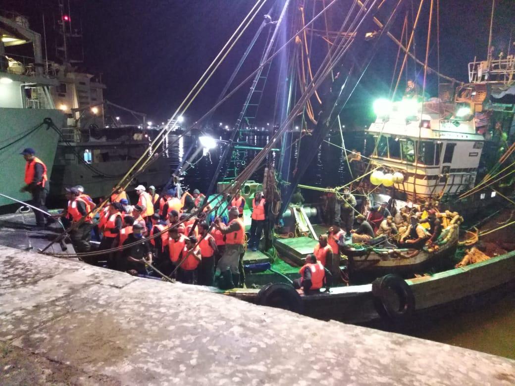 """صورة بعد تعرضه لحرق مهول .. عودة طاقم مركب الصيد """"كابوكولاتي"""" إلى ميناء العيون"""
