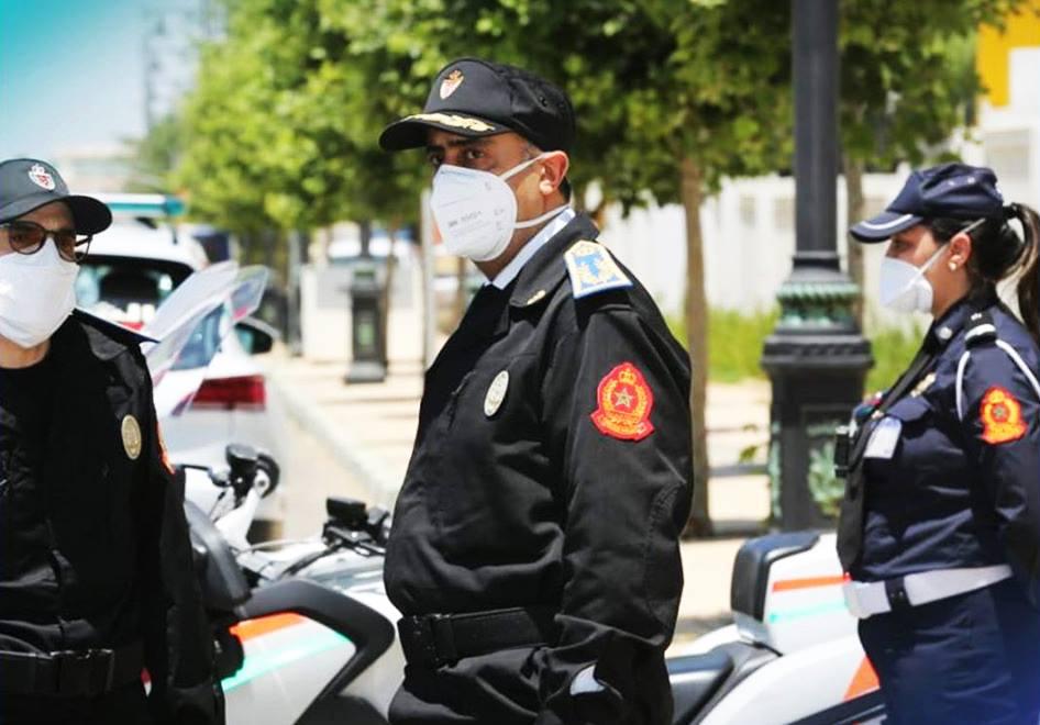 صورة اعتقال شرطي طلب رقم هاتف من مسؤولة