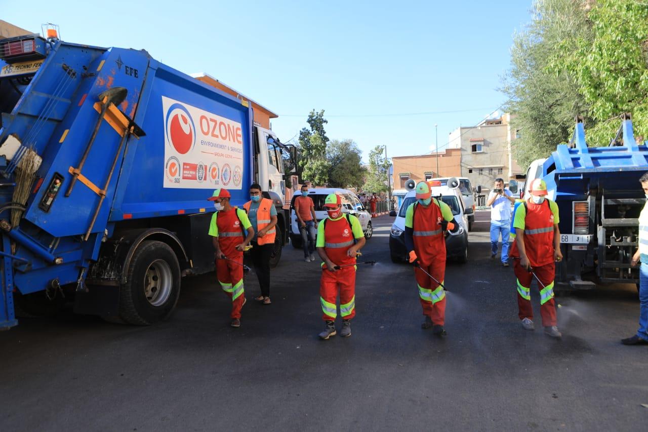 صورة خنيفرة .. شركة أوزون تواصل أعمالها التطوعية وتعقم أحياء المدينة