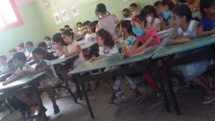صورة صورة التلاميذ التي هزت الفايسبوك تعود إلى مدرسة ابتدائية بمكناس