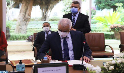 صورة وزير الصحة يوقع مذكرة تفاهم لاقتناء لقاحات ضد كورونا