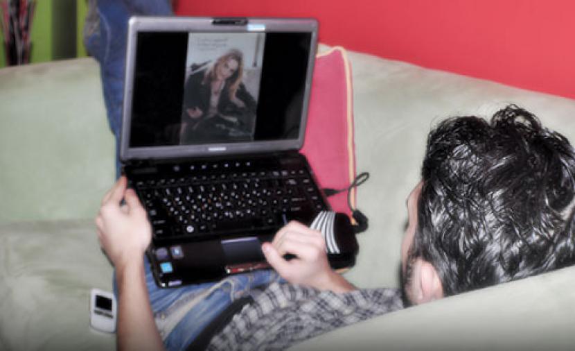 صورة السجن لزوج نشر صور خليعة لزوجته على الفيسبوك