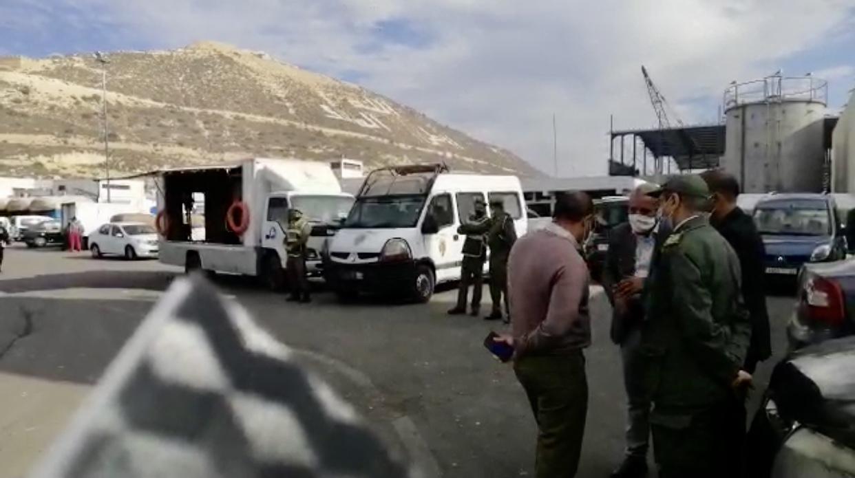 صورة حملة تحسيسية بمخاطر كورونا في أوساط مهنيي الصيد البحري بميناء أكادير