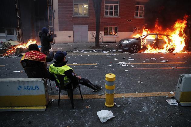 """صورة فرنسا تحترق بسبب قانون """"الأمن الشامل"""""""
