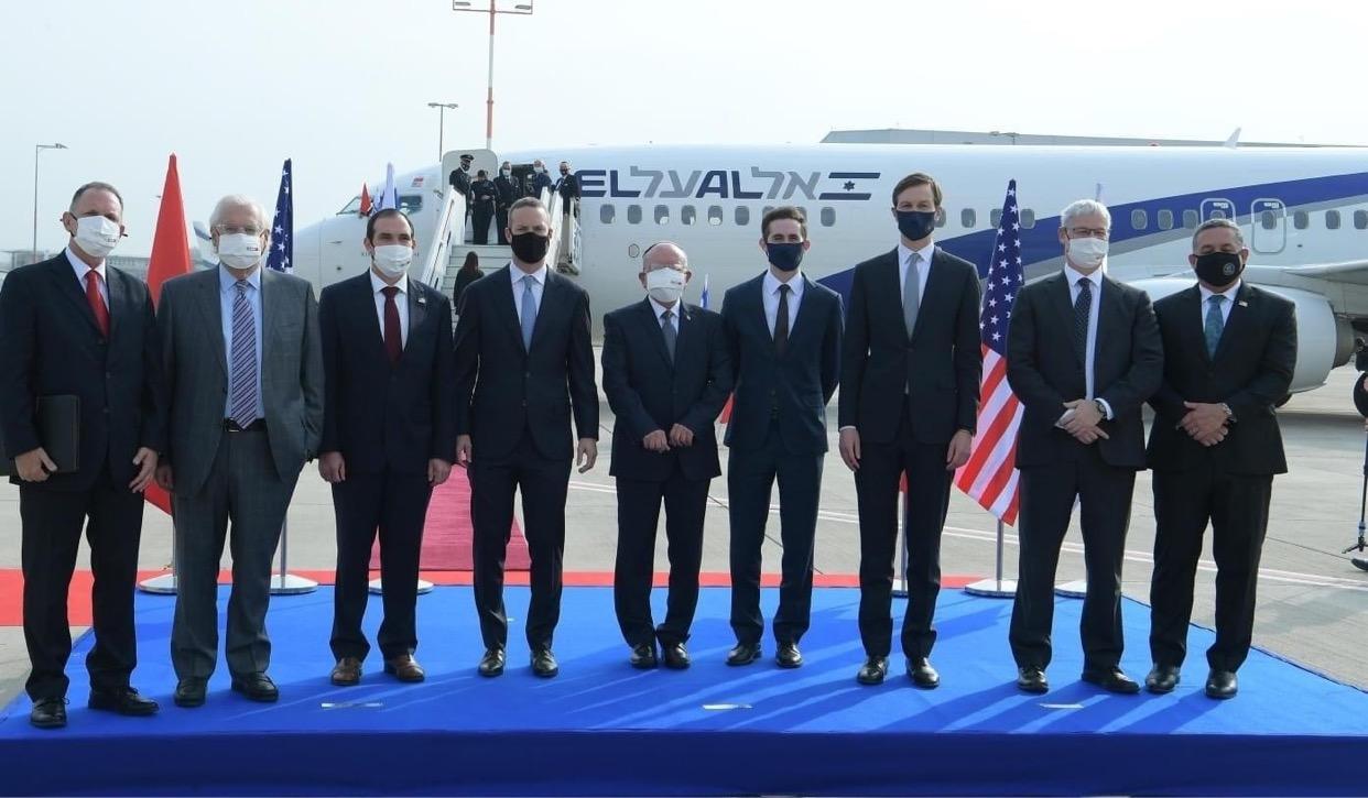 صورة اندري أزولاي في استقبال أولى الرحلات الجوية ببن المغرب و إسرائيل