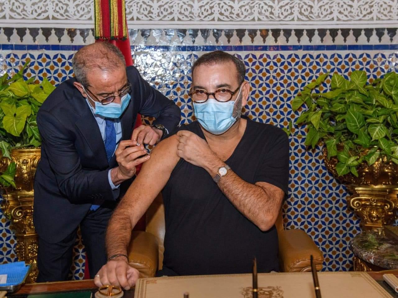 صورة الملك يتلقى الجرعة الأولى ويعلن إطلاق الحملة الوطنية للتلقيح