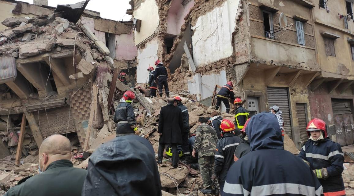 صورة انهيار منزل بالبيضاء وأنباء عن ضحايا تحت الانقاض