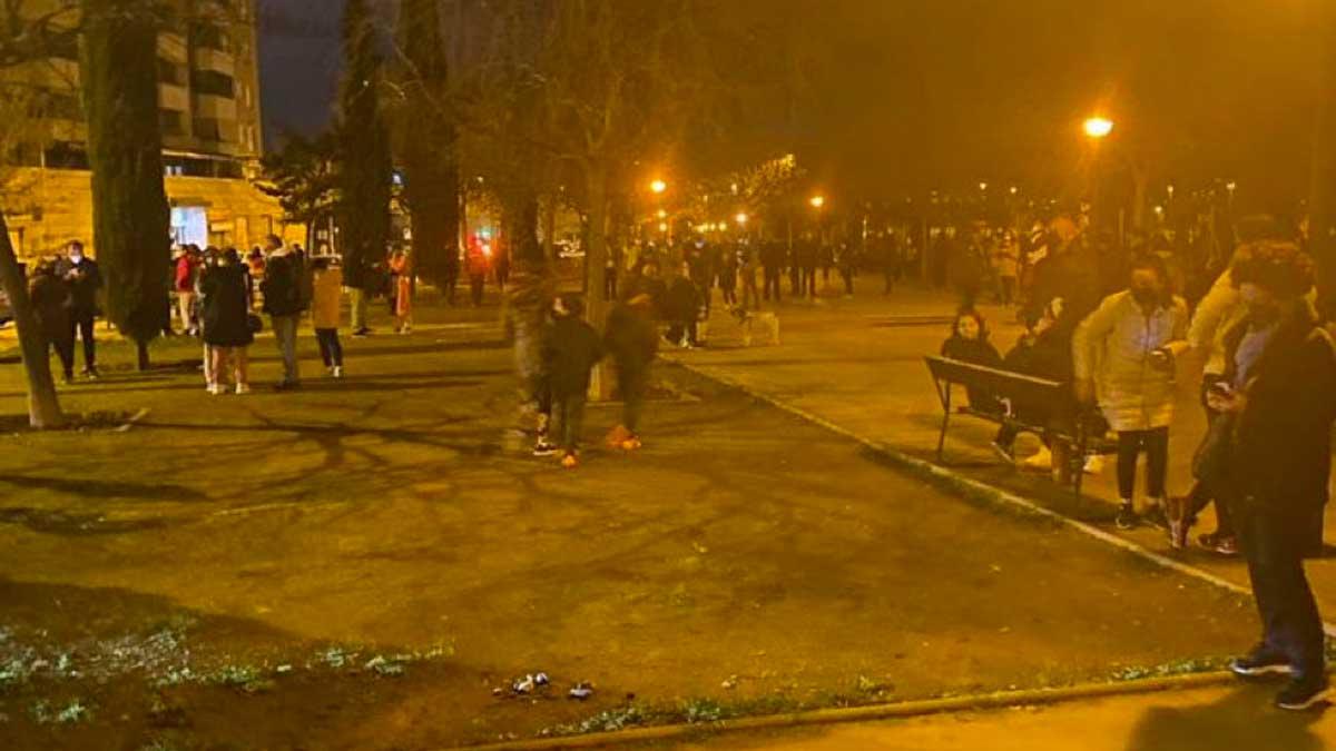 صورة زلزال يضرب غرناطة وهروب السكان من منازلهم