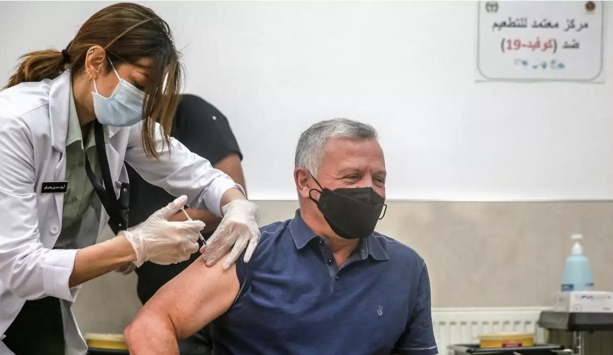 صورة ملك الأردن يكشف عن أعراض لازمته يومين بعد تلقي لقاح كورونا
