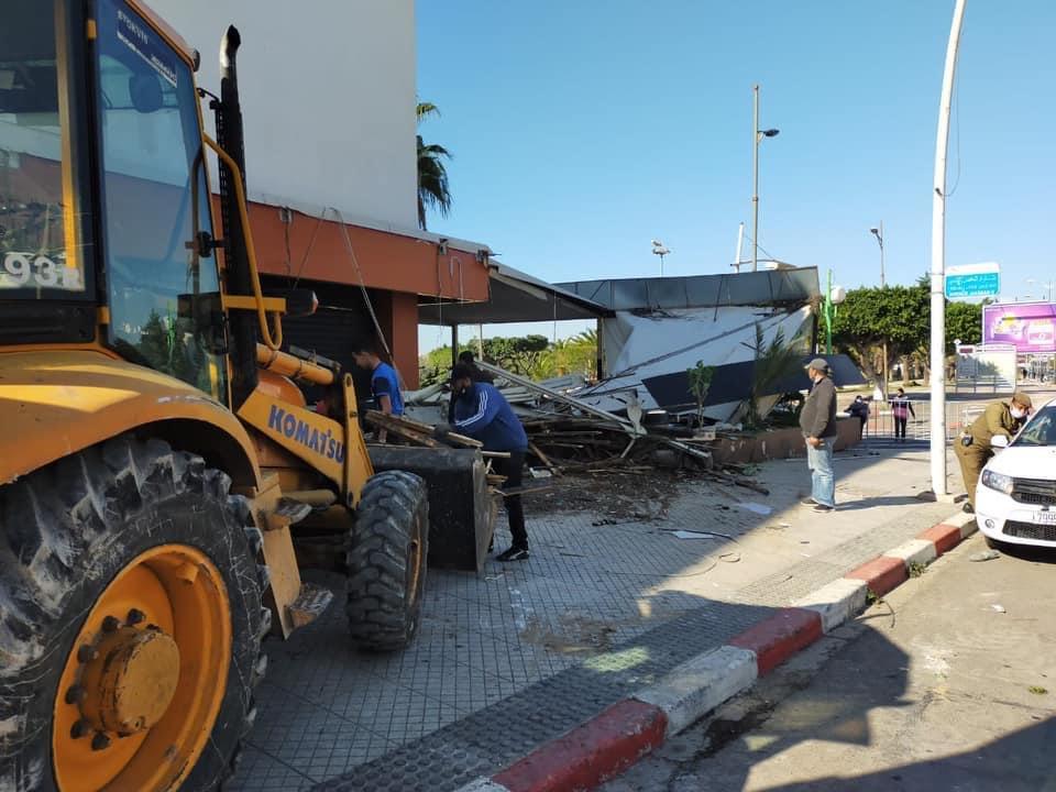 صورة جرّافات بلدية أكادير تدكّ البنايات العشوائية لأعيان وسياسيين بالمدينة وتحرّر الملك العمومي