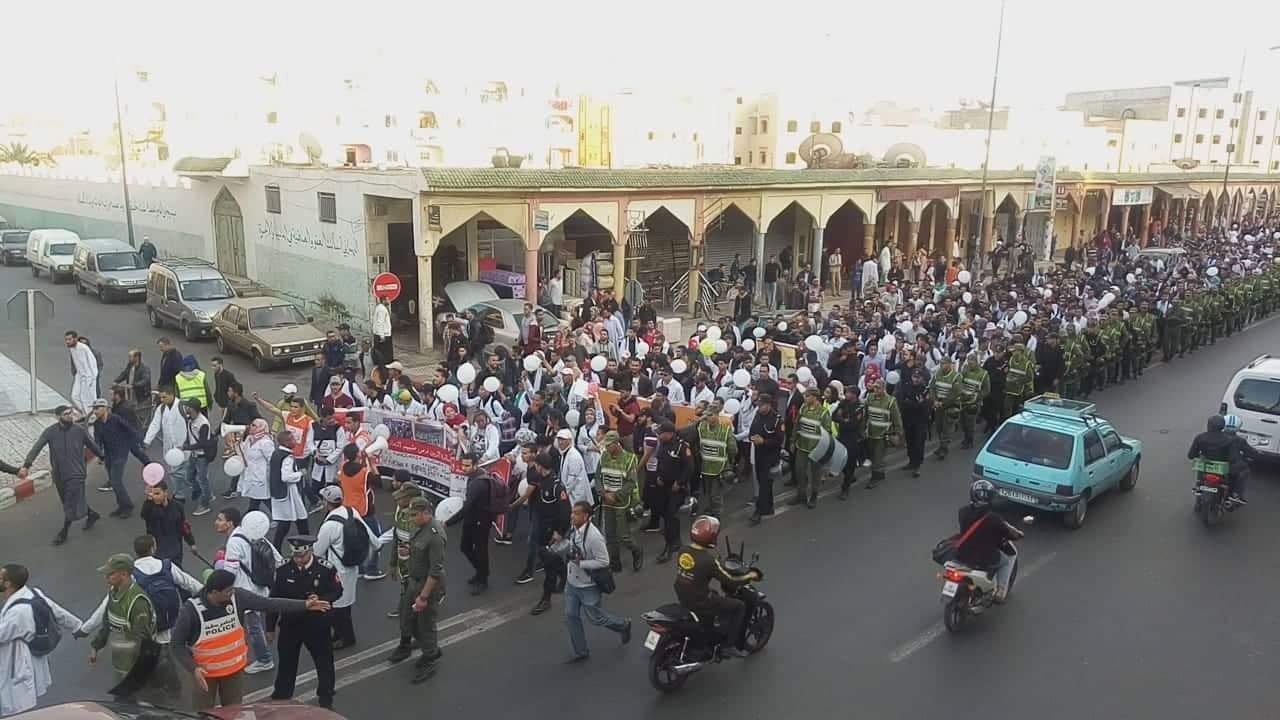 """صورة مسيرة  بإنزكان احتجاجا على """"سرقة أجور"""" أساتذة التعاقد"""
