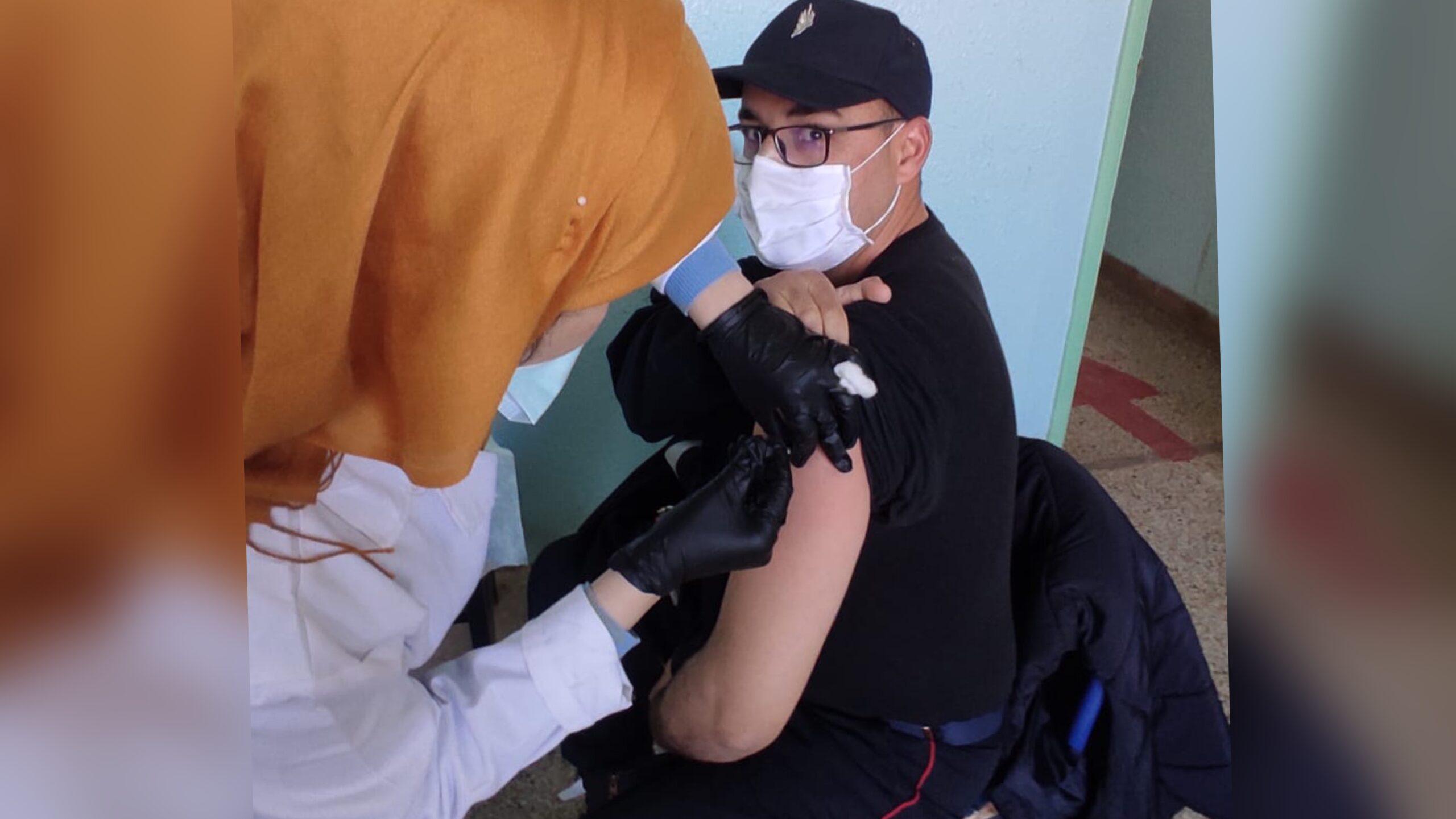 صورة عناصر الوقاية المدنية بآيت أورير تتلقى لقاح كورونا