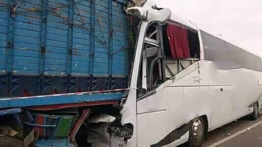 صورة وفاة شخص وإصابة 35 اخرين في اصطدام بين حافلة لنقل المسافرين وشاحنة بالطريق السيار مراكش-الدار البيضاء