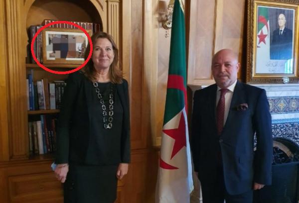 صورة مغاربة يرغمون سفير الجزائر على حذف تدوينة بعد طمس معالم صورة جمعته بالملك محمد السادس