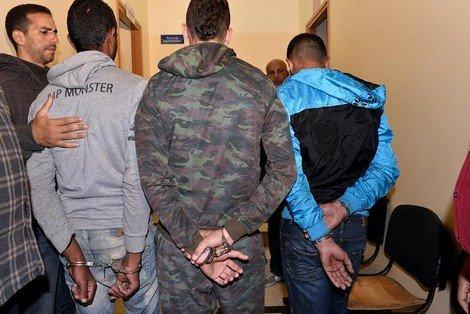 صورة توقيف ثلاثة أشخاص وثقوا إعتدائهم على شخص بإلقاءه داخل بالوعة للصرف الصحي
