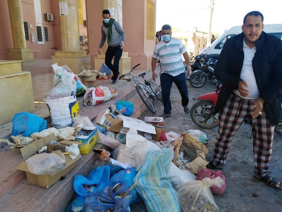 صورة مواطنون يلقون النفايات على مقر جماعة آسا