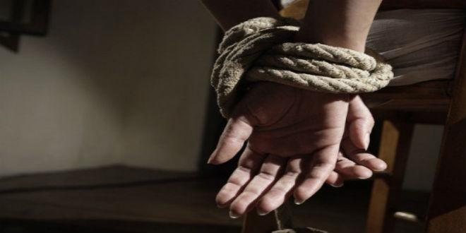 صورة اعتقال عشريني متورط في اختطاف واحتجاز متزوجة