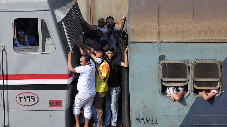 صورة قتلى وجرحى في انقلاب قطار في مصر
