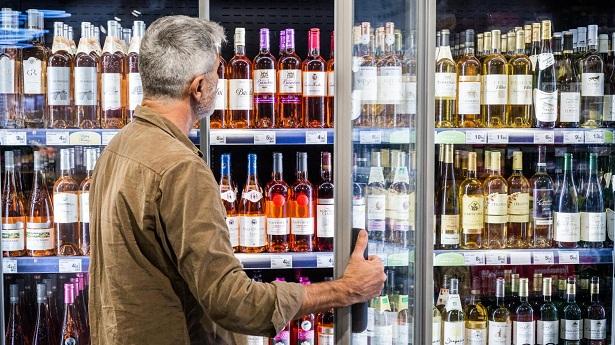 صورة في سابقة من نوعها .. سلطات أكادير تمنع بيع الخمور للأجانب المقيمين بالمدينة