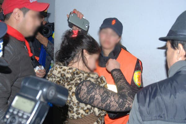 صورة أجبروه على نزع ملابسه والتقطوا له صورا .. السجن لعصابة نسائية تحترف الاحتجاز والتشهير