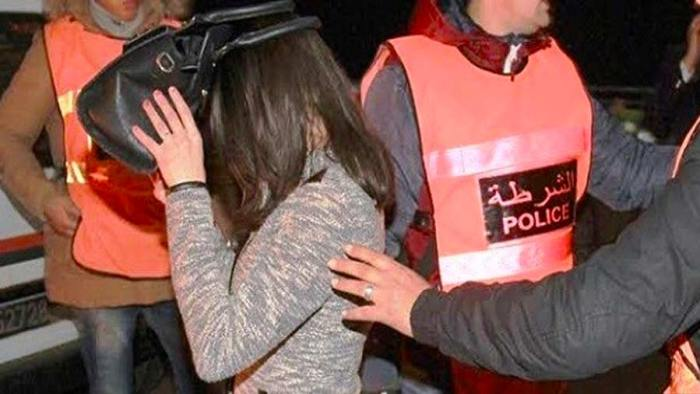 صورة اعتقال تلميذة تحرشت جنسيا بأستاذتها