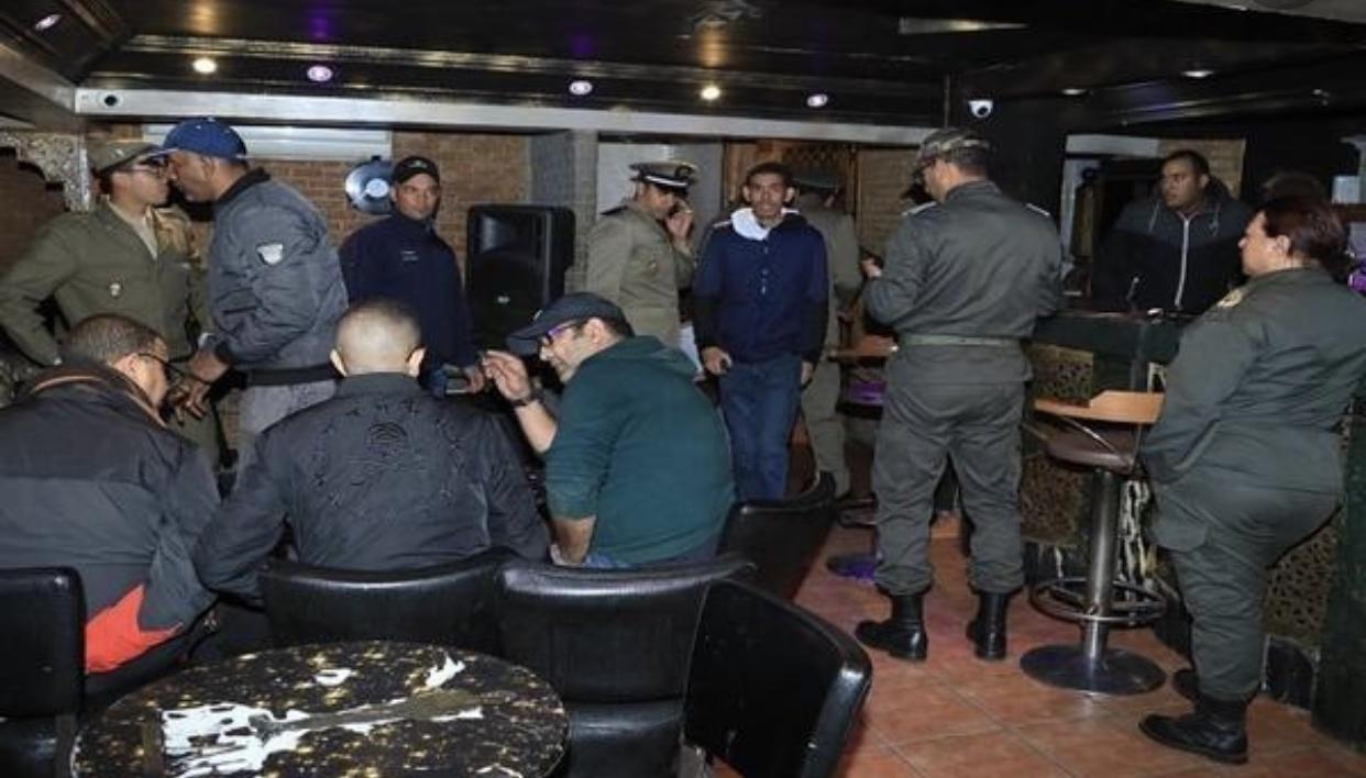 صورة مداهمة مقاهي سرية بطنجة واعتقال 40 شخصا