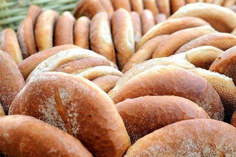 صورة يحتوي على مواد مسرطنة .. خبز فاسد يغزو الأسواق المغربية