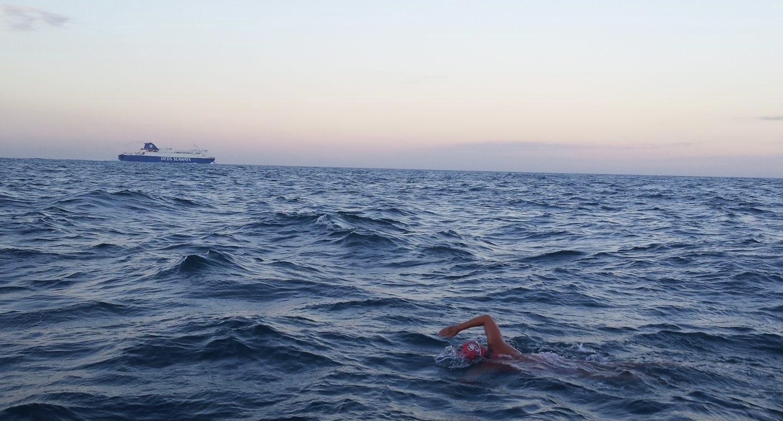 """صورة شاهد شاب من شفشاون """"حرك """" لسبتة سباحة باستعمال كرة قدم"""