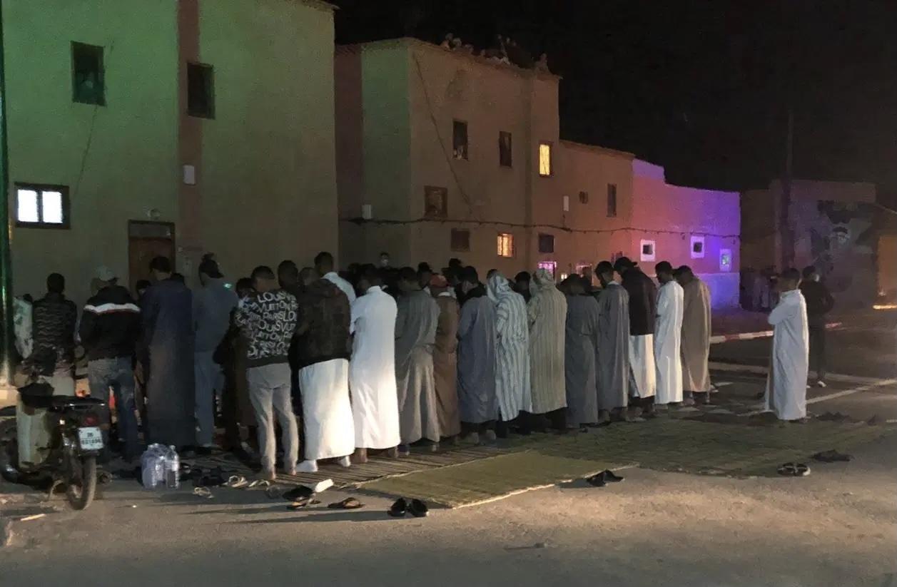 صورة مراكش | إقامة صلاة التراويح في الشارع العام يجرّ مجموعة من الأشخاص إلى الإعتقال