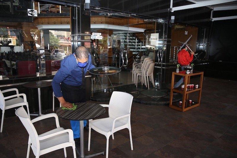صورة الحكومة تسمح للمقاهي والمطاعم بالعمل إلى 11 ليلا