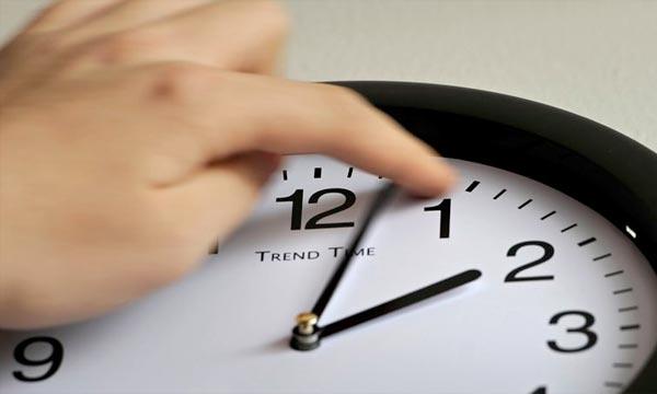 صورة إضافة ساعة على التوقيت القانوني يوم الأحد المقبل