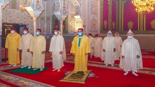 صورة الملك يؤدي صلاة العيد في قصر فاس