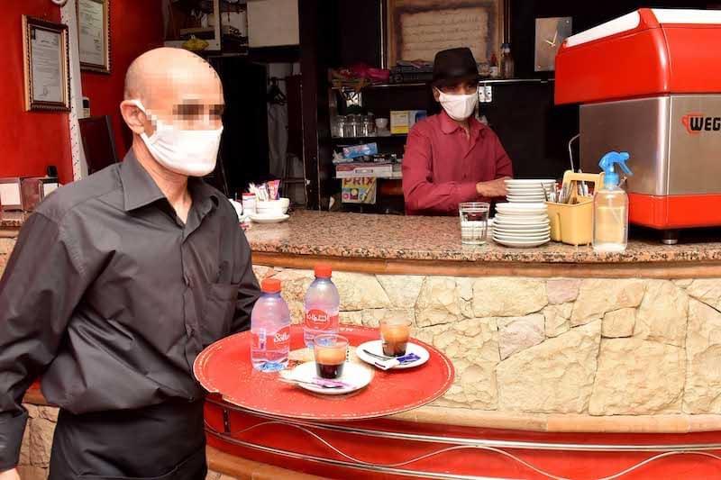 صورة غرامات واعتقالات لعمال المقاهي والمطاعم بسبب حظر التنقل الليلي