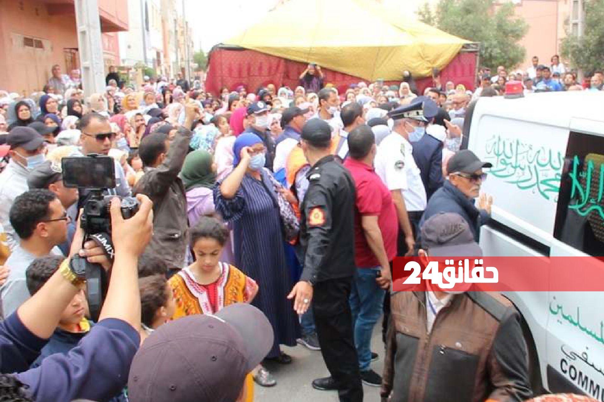 صورة مئات المواطنين يشيعون جنازة  ضابط الشرطة المقتول بآسفي