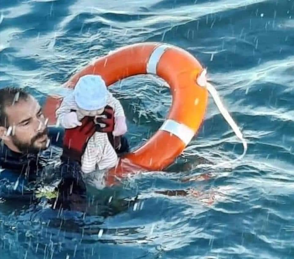 صورة قصة الرضيع المغربي الذي أنقذه الحرس المدني الإسباني من المياه بعدما انفلت من ظهر أمه