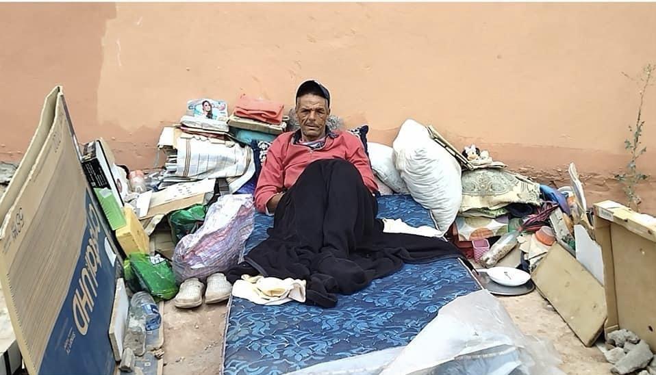 صورة أستاذ ابتدائي يعيش حياة التشرد بأكادير