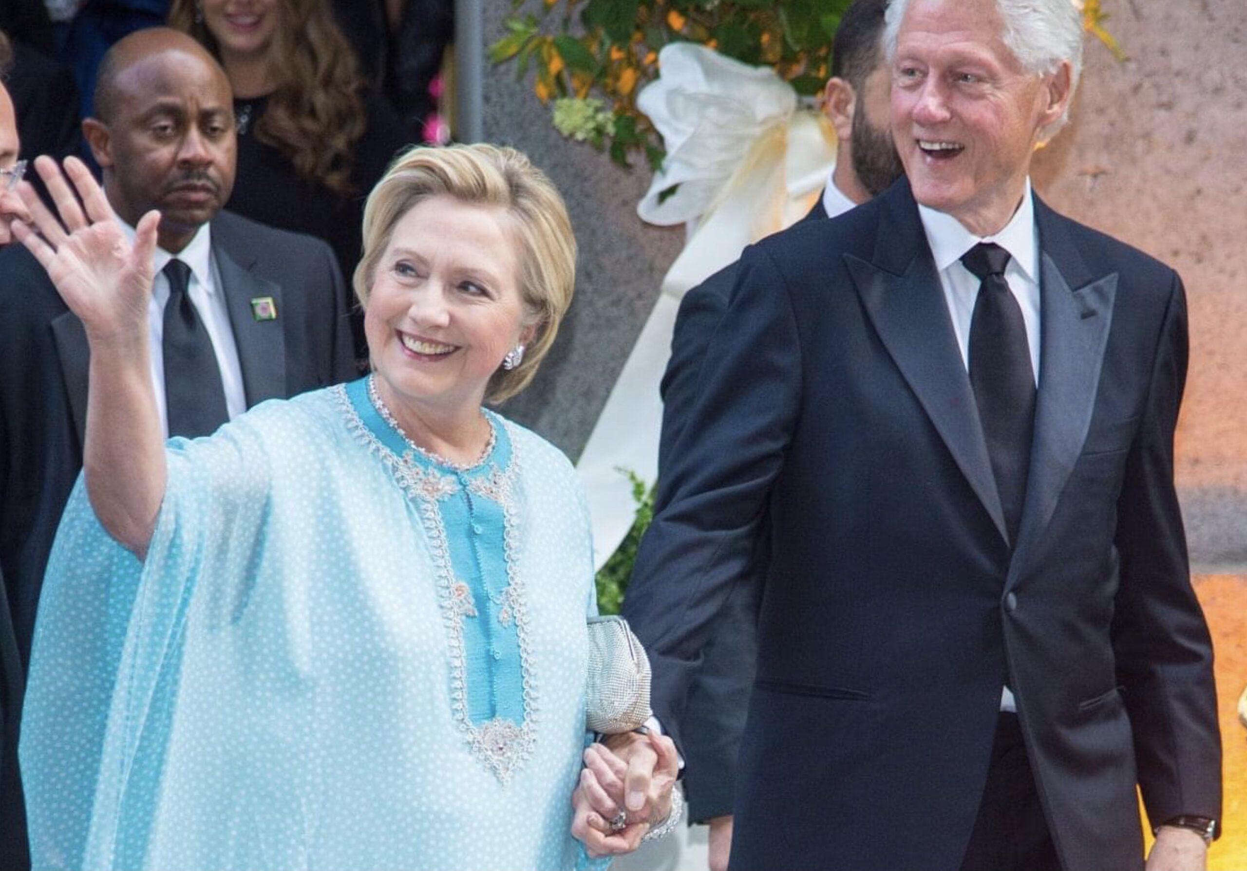 صورة هيلاري كلينتون تحتفي تشهر بالقفطان المغربي
