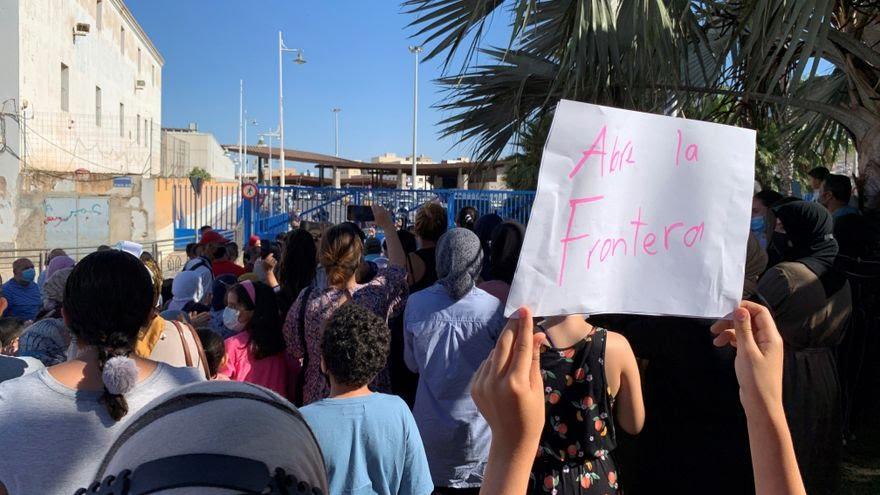 صورة مغاربة مليلية يحتجون ويناشدون الملك لفتح الحدود
