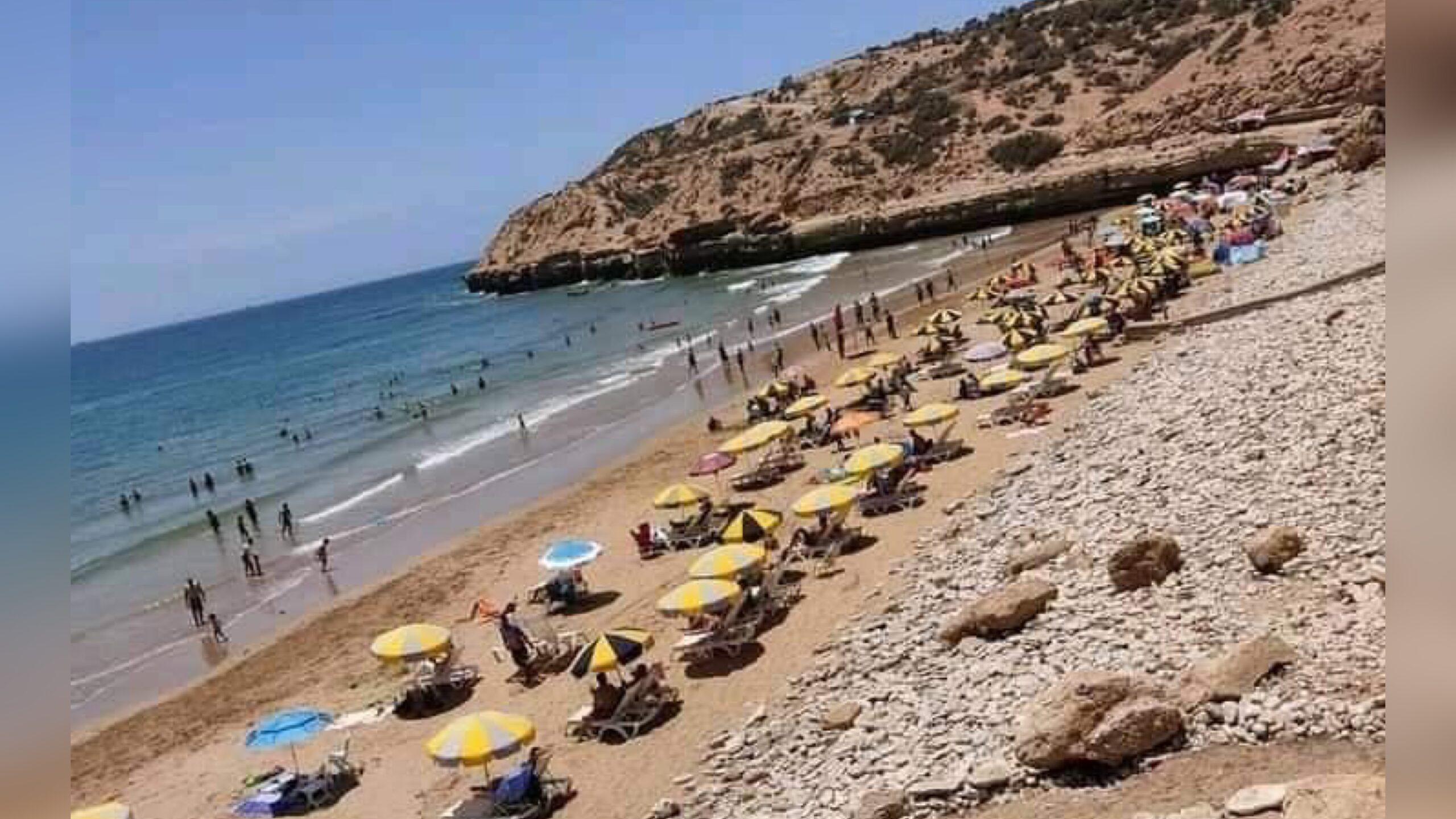 صورة مطالب بحماية المصطافين من ابتزاز أصحاب المظلات الشمسية والكراسي