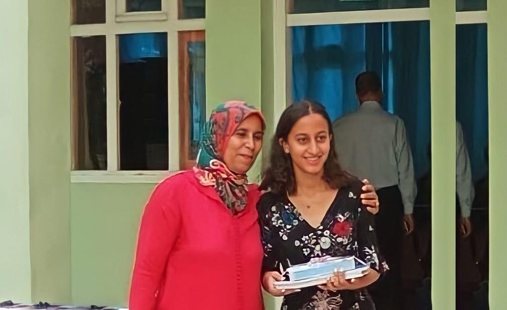 صورة التلميذة أمينة زروالي من مراكش تنال أعلى معدل لإمتحان الباك بالمغرب