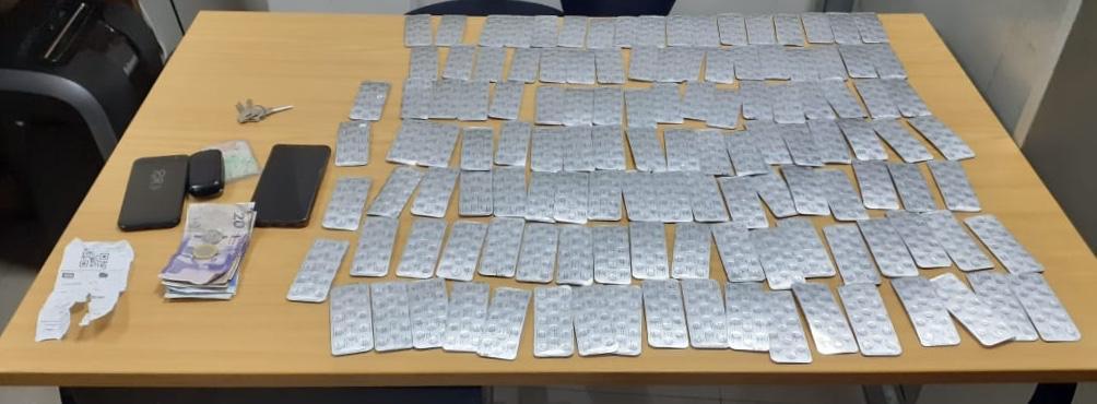 صورة توقيف شخص وزوجته التي كانت قادمة من الشمال على متن حافلة وبحوزتها 1800 قرص مخدر